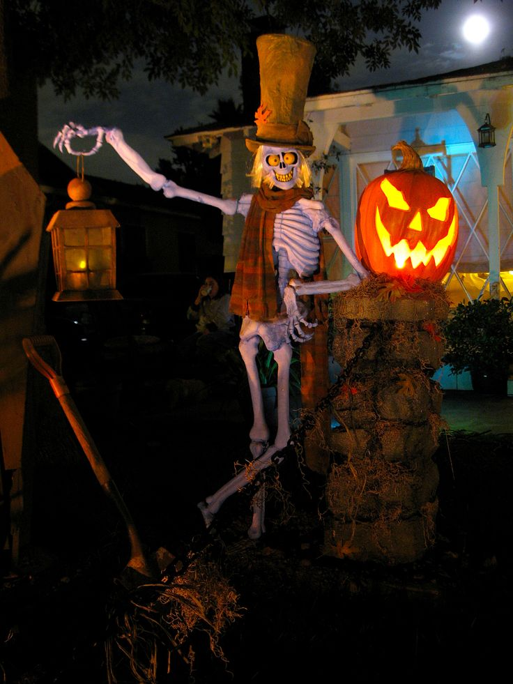 Halloween grave keeper party decor skelton bones for Decoration halloween