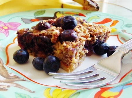 Baked Oatmeal with bananas and blueberries // strawberrymint.org
