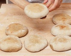 Crispy garlic pitta bread with an aubergine dip | Recipe