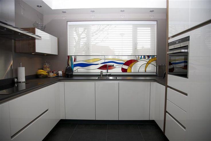 Strakke Keuken Achterwand : strakke en praktische keuken. Het dunne werkblad met achterwand