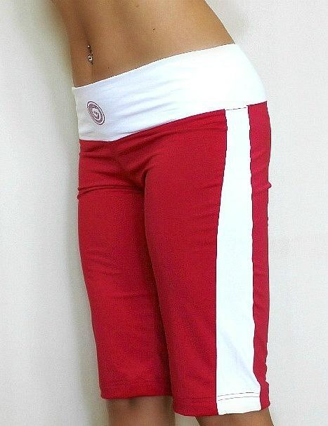 Nyhet: Snygg bermuda sport shorts från Susana Gateira i djup ceriserosa med vita detaljer.