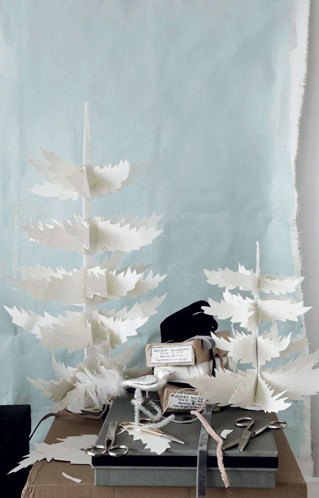 DIY Papercut Christmastree - Zelfmaakidee: Papieren Kerstsprookjesboom 101 Woonideeën Kijk op www.101woonideeen.nl #tutorial #howto #holidayseason #christmas #DIY #decoration #xmas #kerst #postcard #stars #stamps #paper #christmascard #stappenplan #handleiding #zelfmaken #kerstkaart #sterren #stempel #papier