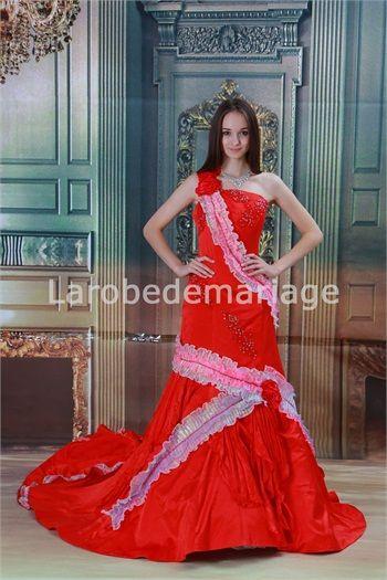 Robe de mariée rouge traîne chapelle une épaule en satin