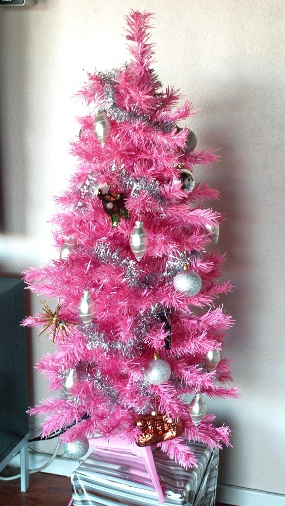 http://justabouthome.wordpress.com/2011/12/11/hosting-pink-christmas/