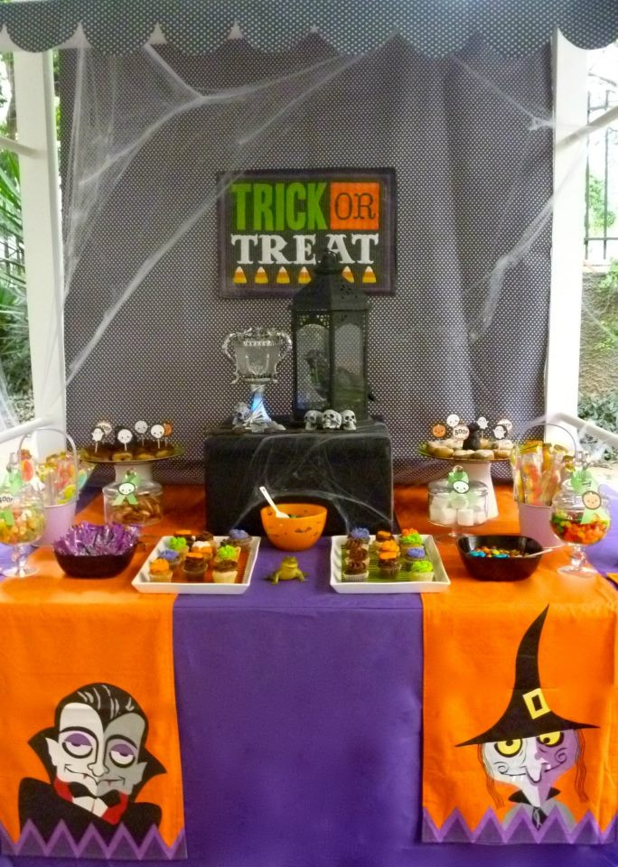 Trick or treat dessert table halloween table setup ideas for Table 6 trick