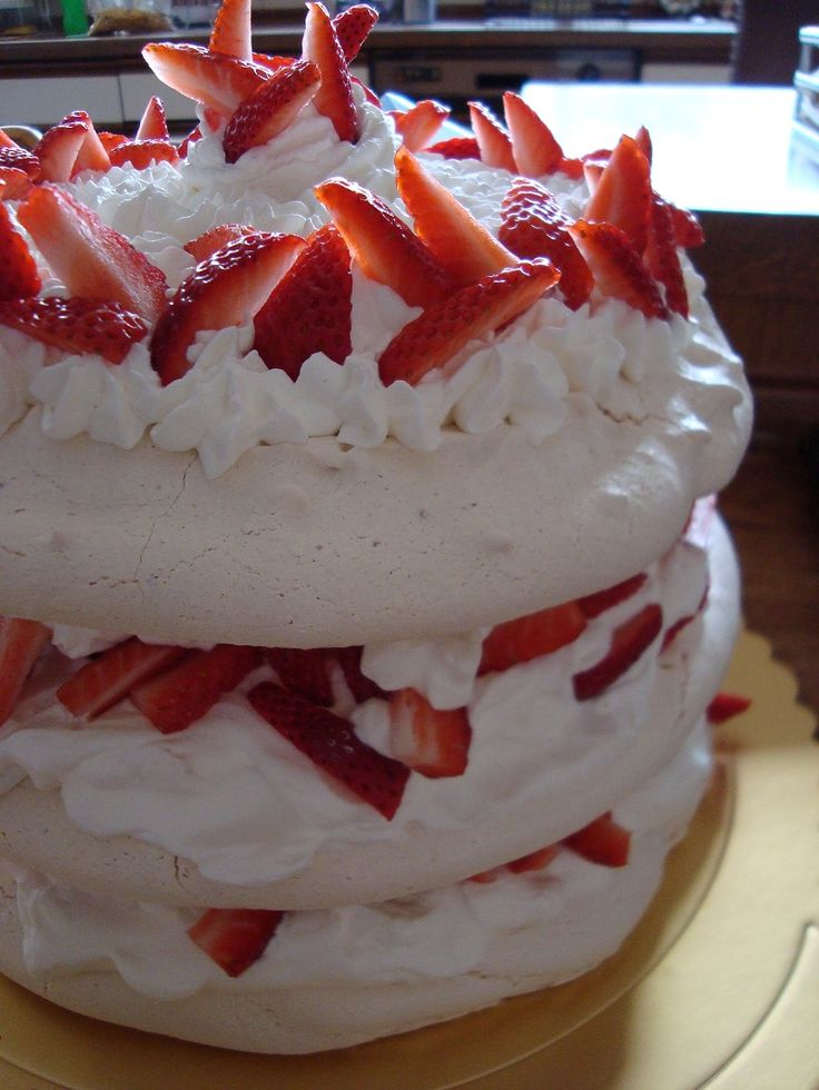 Meringue Cake Stack #meringue #stack #strawberries #cream #nutella