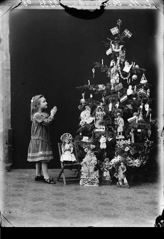 a Christmas tree filled with dolls...oh my...