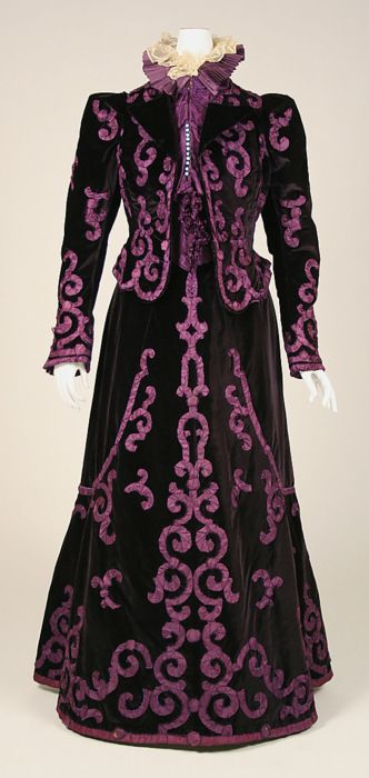 Adore the double layer frilly collar on this wonderful 1890s Jeanne Paquin suit (via The Costume Institute of the Metropolitan Museum of Art). #suit #dress #vintage #fashion #Victorian #antique #costume #purple