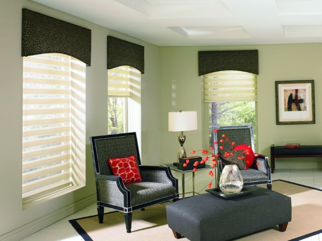 Sala de estar decorada en tonos verdes con estores enrollables noche y día