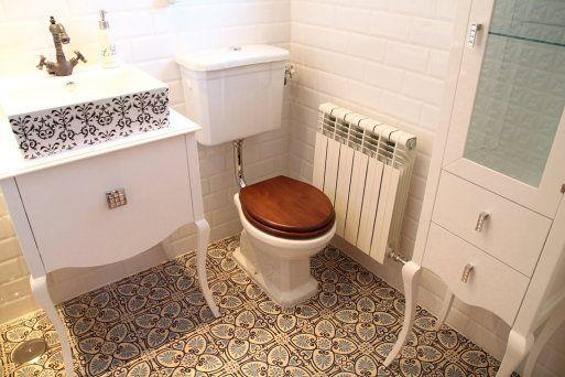 Ba os con azulejos hidraulicos for Azulejos vintage bano