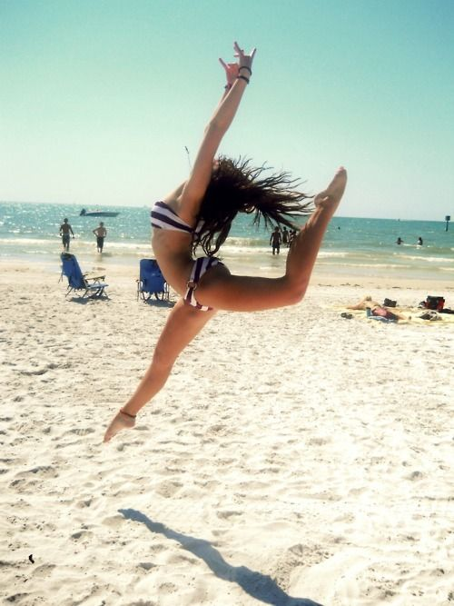 Now only if I was flexible like this. Haha. I'll still try though ✌ Beach pic ⚓