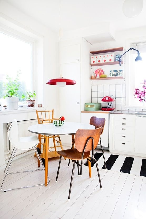 Mismatching chairs and rugs in the kitchen create personality in a room #thehomeaus #kitchens #interiors #design