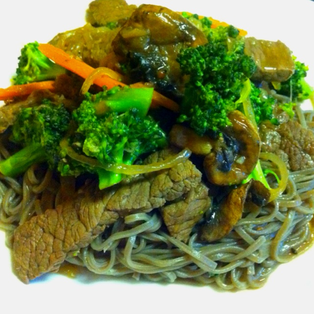 Soba Noodles (Japanese Buckwheat Noodles) topped with Beef, Broccoli ...