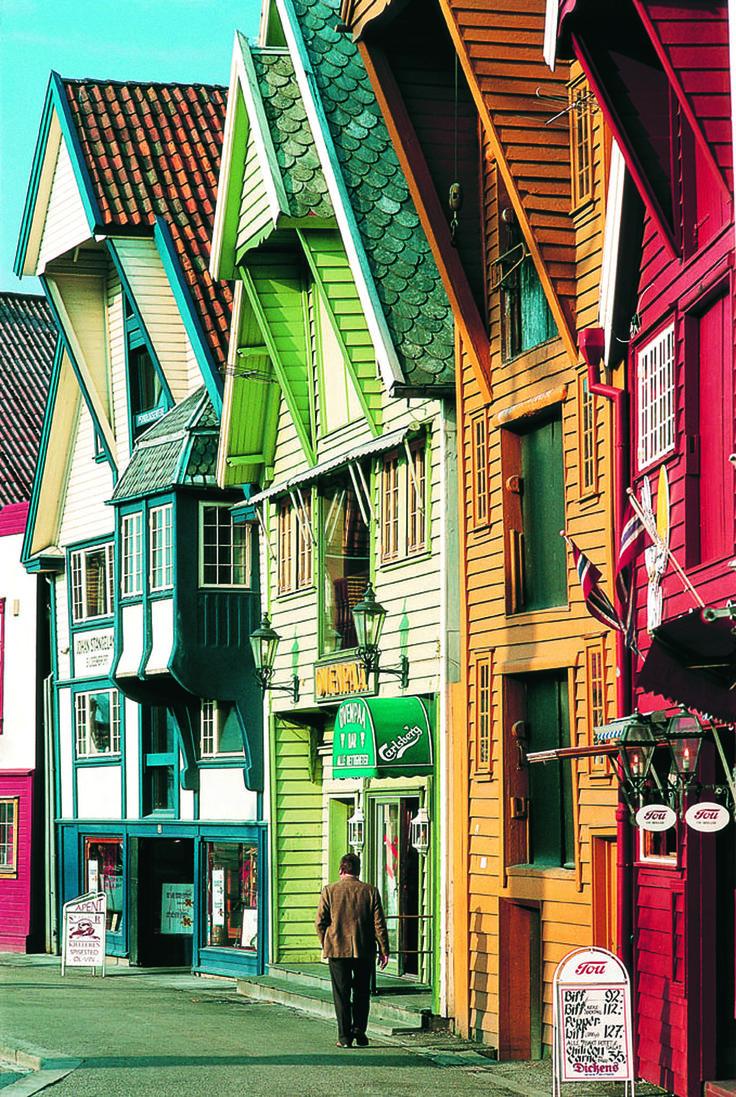 #Norvège  #Bergen . Ville portuaire du sud-ouest de la Norvège, Bergen est la deuxième ville du pays. Les rues sont irrégulièrement pavées avec de petites et grandes pierres mais sont gardées très propres. Quand aux maisons, elles ont une jolie apparence due à la diversité des couleurs avec lesquelles elles sont peintes. http://vp.etr.im/fcf8