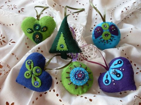 felt ornaments, love the color combo