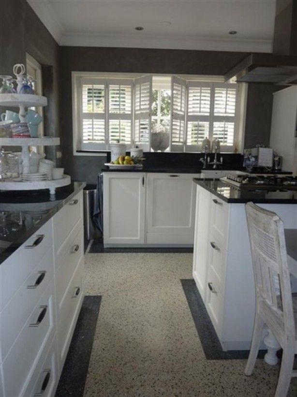 ... Landelijke Keuken Met Zwart Aanrechtblad En Witte Shutters Pictures