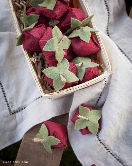 Fresas y flores de fieltro para decorar un regalo.  Clase magistral y una plantilla (6) (557x700, 286Kb)