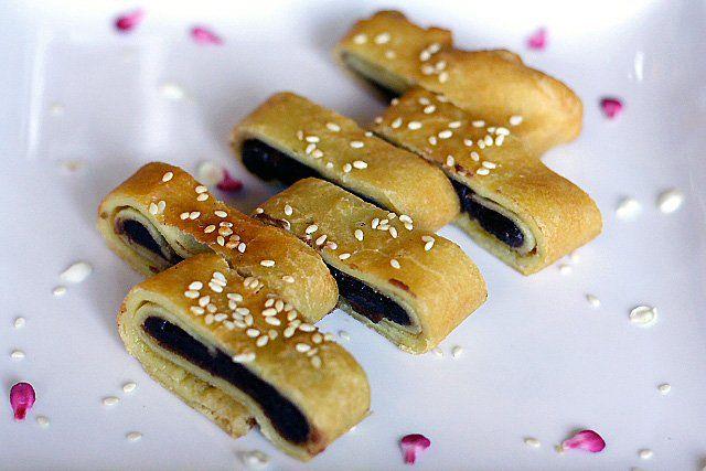Red Bean Paste Pancakes Recipe (豆沙锅饼): A good pancake should ...