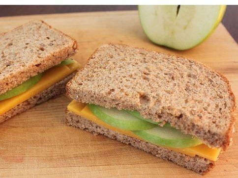 ... de manzana con queso cheddar. Green apple and cheddar cheese sandwich