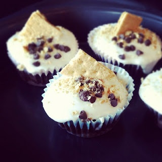 gimme s'more cupcakes via b. on a whim. | Amazing looking food | Pint ...