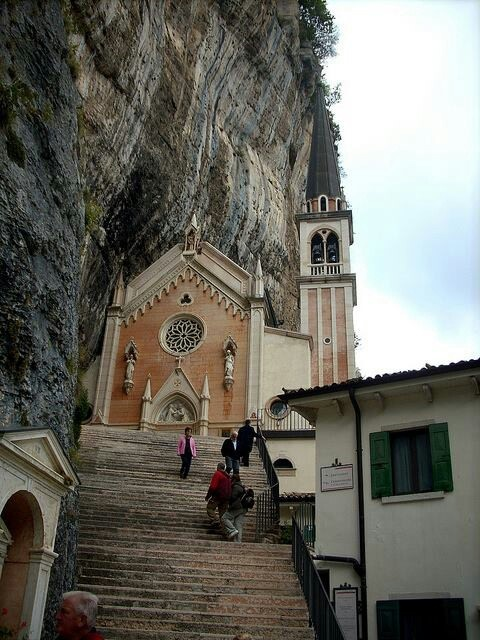 Madonna della corona sanctuary origen y tradici n for Santuario madonna della corona
