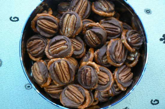 Rolo Pretzel Delights - I originally found these on the Hershey ...
