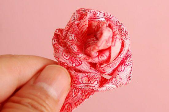 Розы из тесьмы и тканевых полос