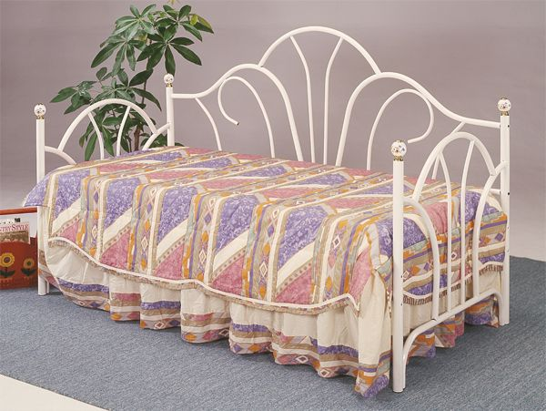 Daybed with mattress in movingoutsale 39 s garage sale for Twin bed frame under 100