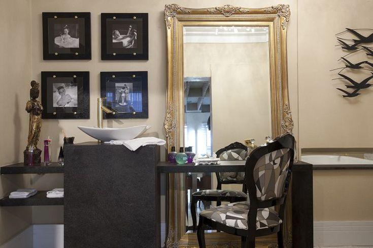Loft da Designer - Débora Tasca: Peças de época, como a banheira, as fotos em preto e branco, a moldura do espelho, convivem com modelos modernos de louça e metais sanitários. O dourado presente em todos detalhes reforça o tom clássico da proposta