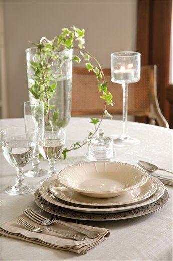 Todo preparado Vajilla de Blanc D'ivoire. Jarrón y copa con vela, en Verdecora. El mantel de tela cruda, de Gastón Y Daniela.
