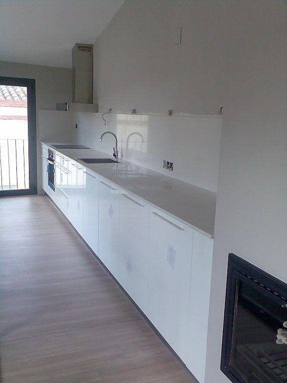 Cocina blanca encimeras de color diferente al gris bed - Encimeras de colores ...