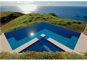 Spectacular infinity pool in New Zealand