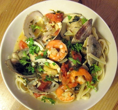Linguine with Fresh Clams and Shrimp in White Wine Garlic & Herbs