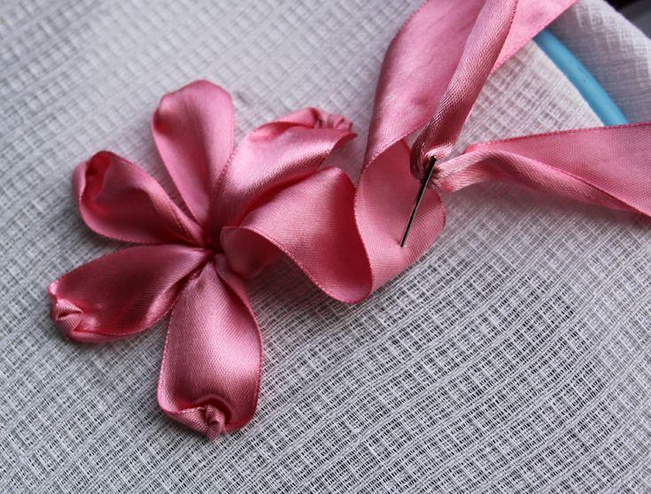 Вышивание лентой атласной ленты