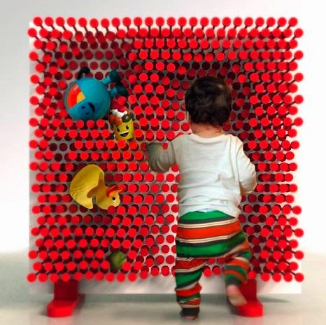 'Pin pression' shelving unit - adapt it to store any shape ! This is AWESOME !  I want one for myself too :)