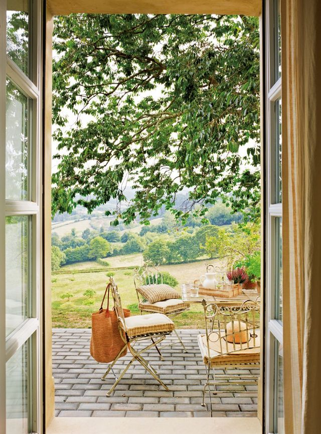 Dreamy valley views, vintage patio furniture from Anticuario Cotanda and the tray is from Côté Table.