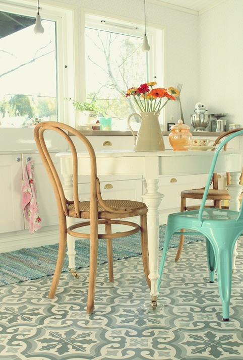 cute breakfast table & chairs, great floor