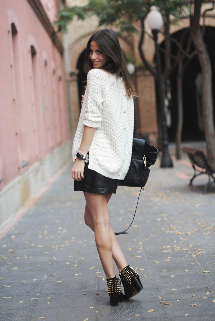 白のセーター着こなし
