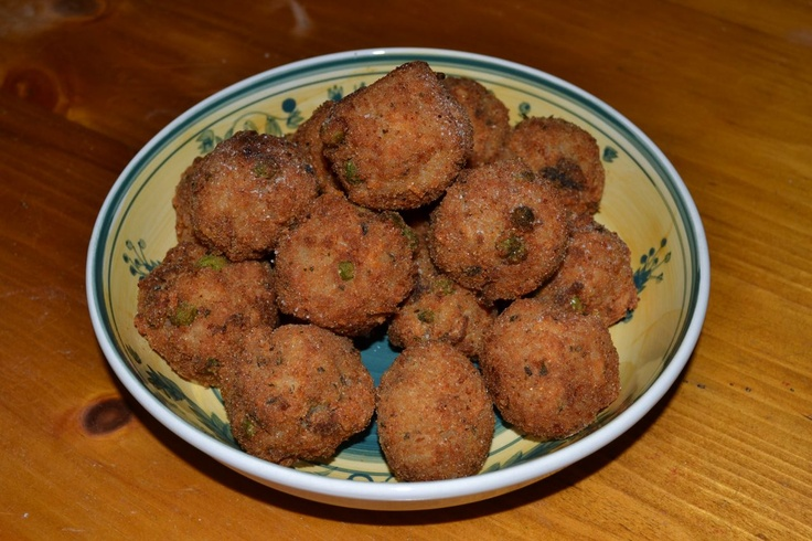 Arancini di riso (rice balls with mozzarella in the center)
