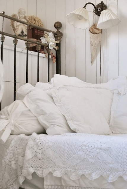 Beautiful #shabby #white corner in the #bedroom