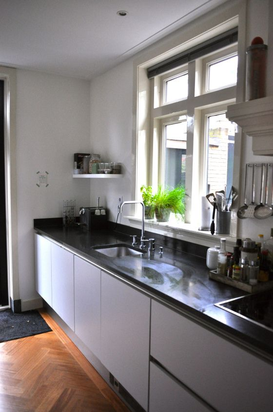Keuken Zwart Blad : Keuken Zwart Blad : Greeploos witte keuken met zwart granieten blad