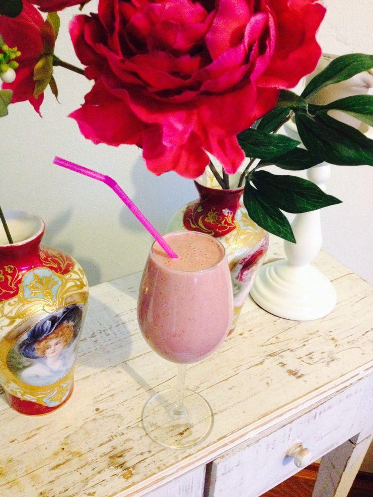 Raw strawberry milkshake: cashew nuts, strawberries, water, mint ...