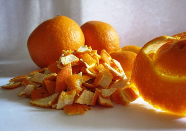 Boiling an orange peel helps release its natural oils into the air, creating a pleasant citrus scent.  Wash the peels and remove the bitter flesh, called the pith. Slide knife along the peel until little or no white flesh is visible.Put the peels with a 1/2 teaspoon of cinnamon in the boiling water, and reduce the heat to simmer them. Let the peels simmer for about 15 minutes or until they are soft and make your house smell heavenly.