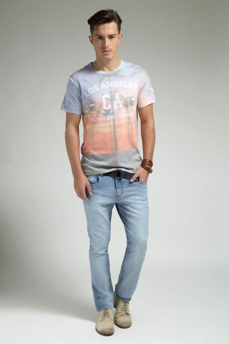 T-shirt com estampa total California vintage e calça jeans com lavagem clara, perfeita para o verão.