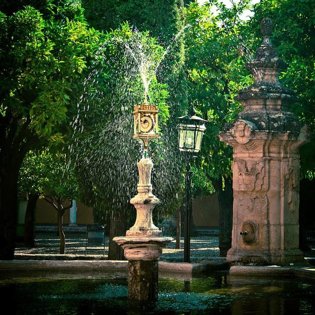 Fuente con sonajero activado por el agua en el Patio de los Naranjos en la Mezquita de Córdoba, España