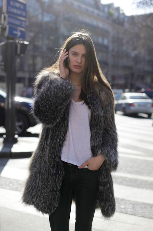 LE FASHION BLOG MODEL OFF DUTY STREET STYLE MODEL BIANCA BALTI FUR COAT EFFORTLESS STYLE SHAGGY BLACK GREY GRAY MIX FUR WHITE TEE TSHIRT SKI...