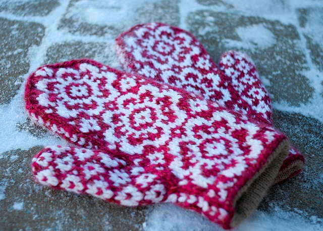 ... love these lined mittens. End of May mittens by Anny Purls, via Flickr