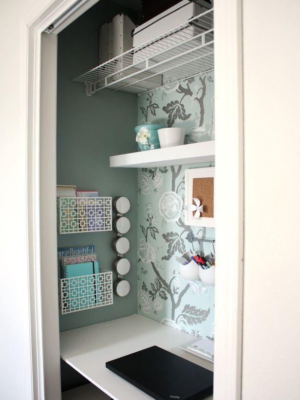 En garderob kan omvandlas till ett minikontor med några hyllplan och en bänkskiva – sen är det bara att stänga dörrarna om man inte vill se
