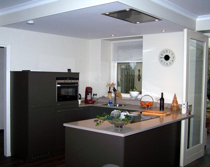 Verlaagd Plafond In De Keuken : opstelling keuken in de kleur zilverbruin met staafgrepenen