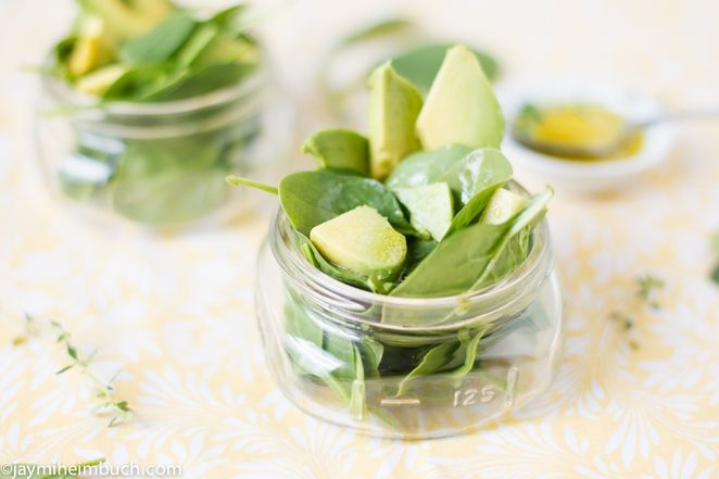 Spinach and avocado salad with garlic mustard vinaigrette [Vegan ...